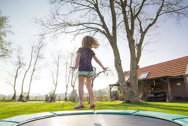 barn der hopper på trampolin