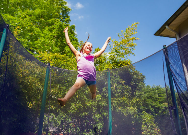 Få dine børn mere ud i haven med en havetrampolin