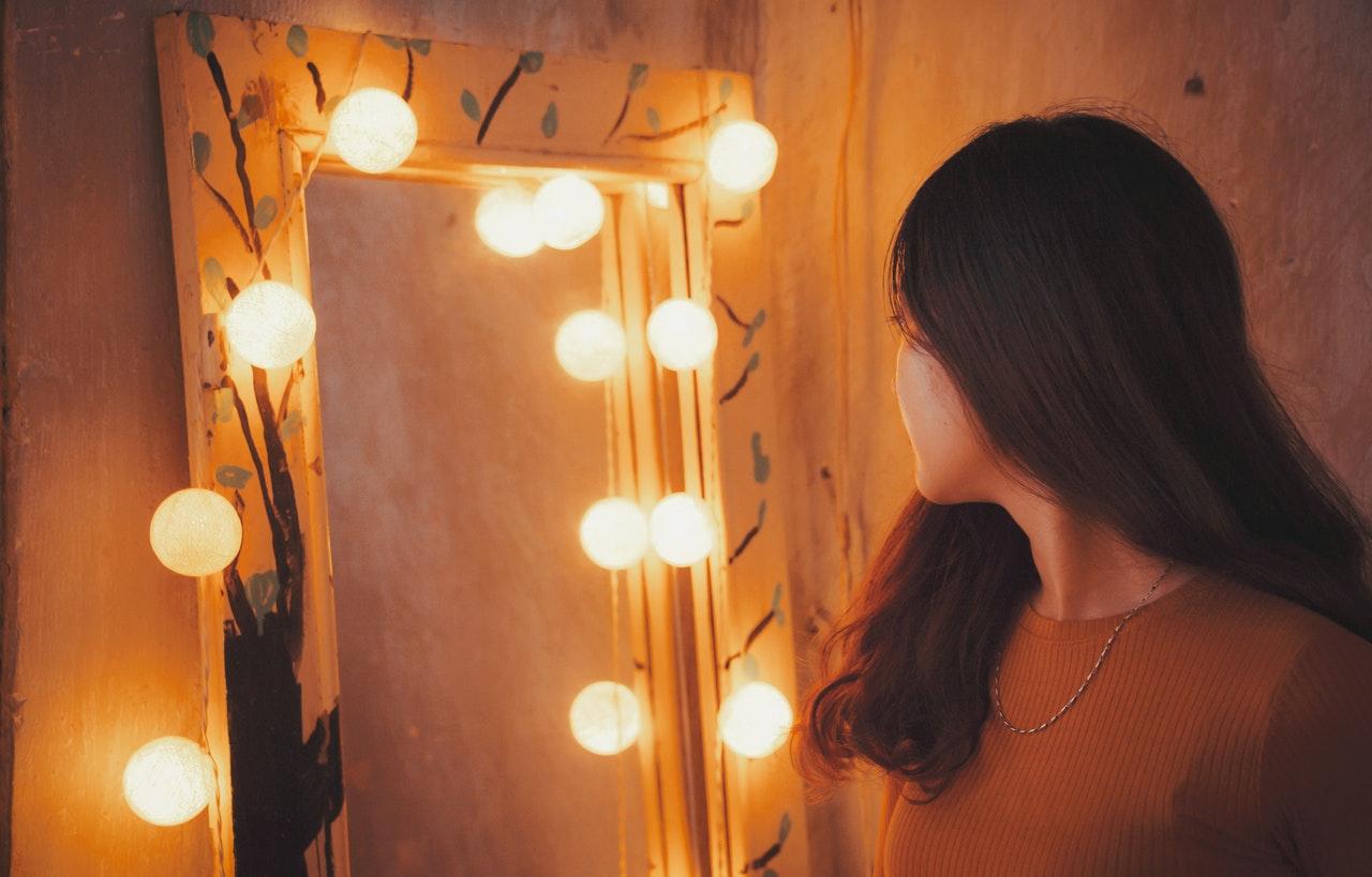 Dame kigger på selv sig igennem spejlet