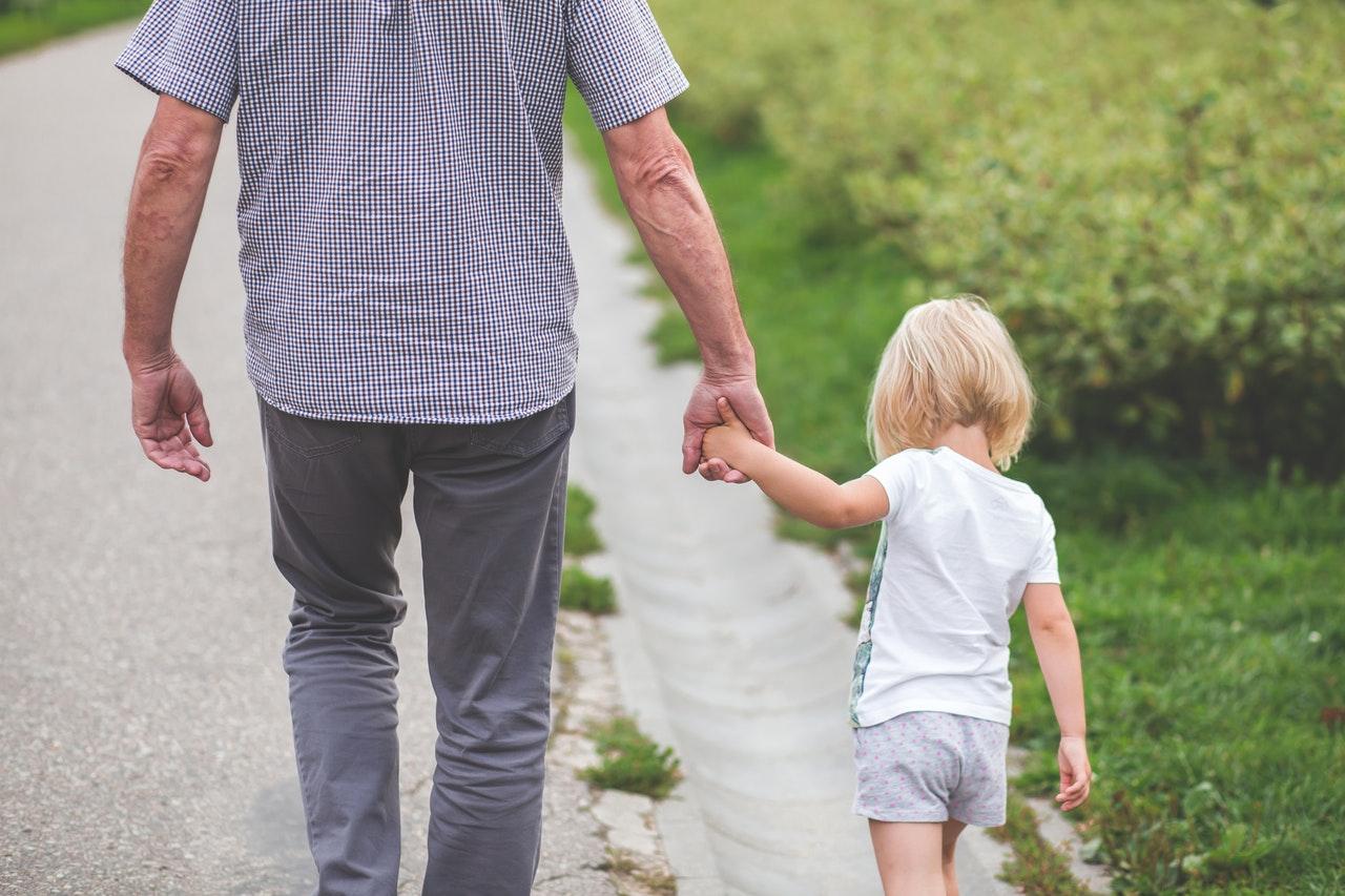 Far og barn går tur udenfor
