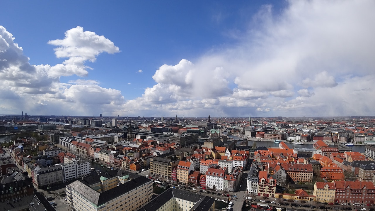 København oppefra med blå himmel
