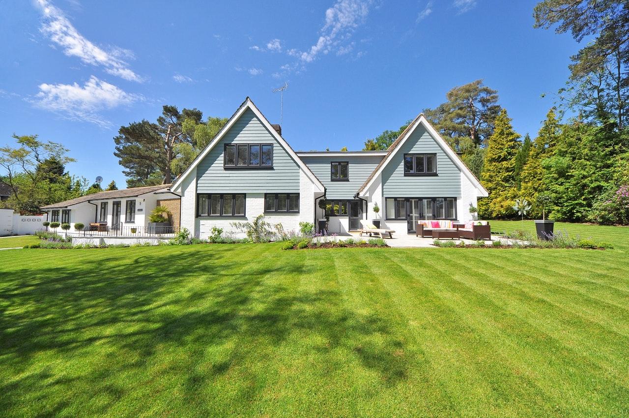 Hvidt stort hus med stor have