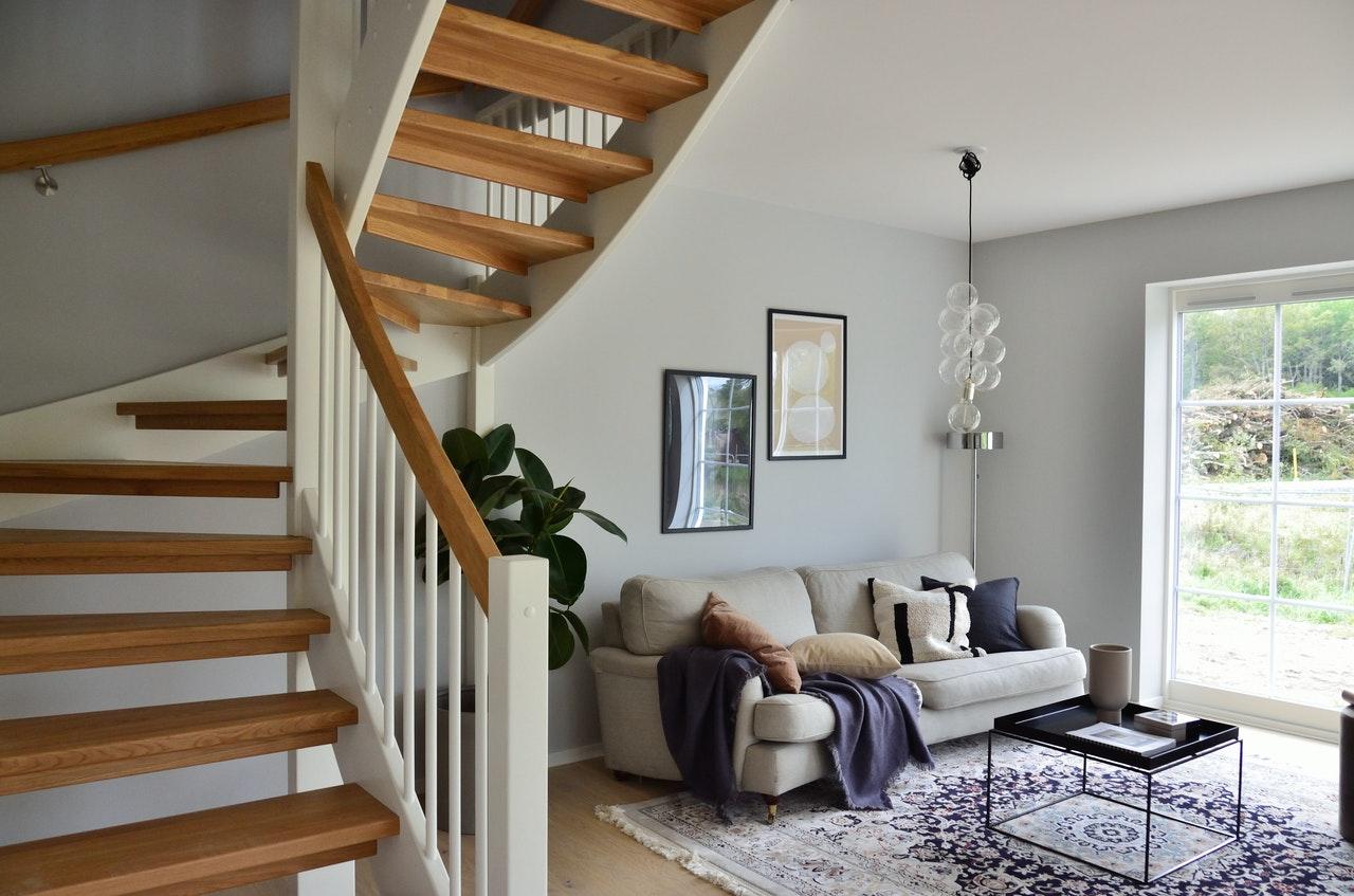 Flot stue med en trappe til anden etage