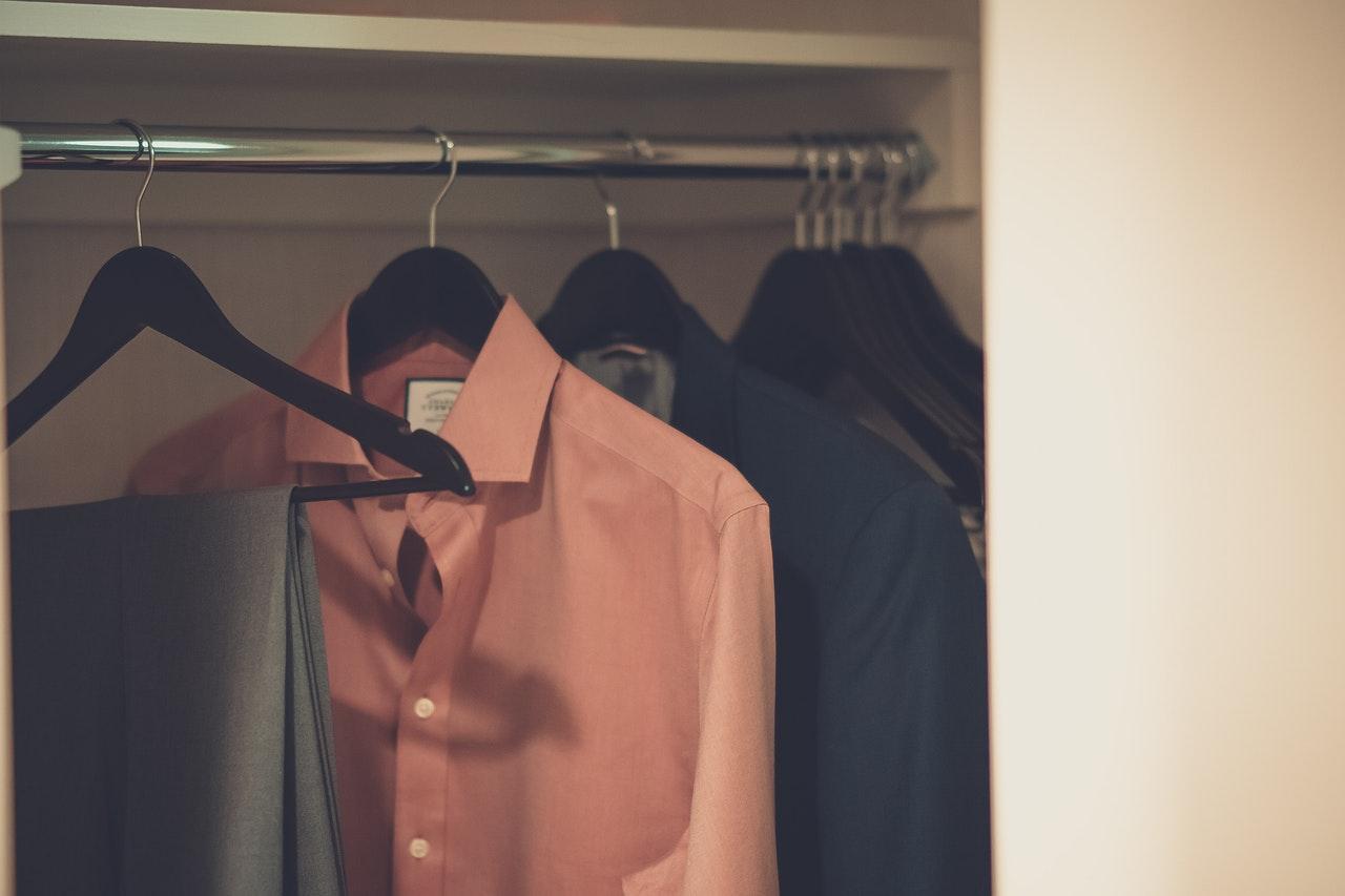 Skjorter hænger i skab i garderobe