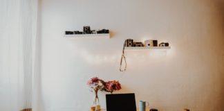 Hyggeligt værelse med lyskæder over bord