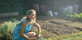 Kvinde laver havearbejde