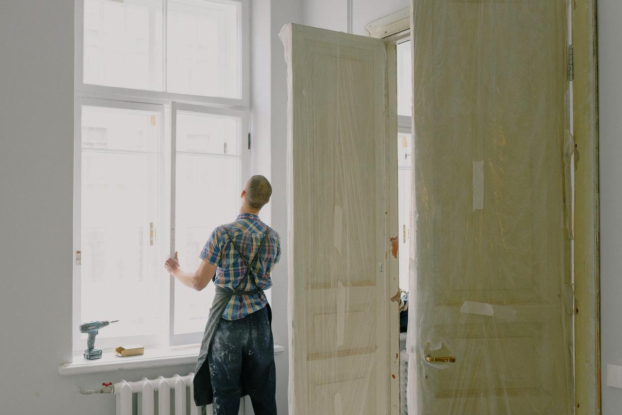 Håndværker arbejder på bolig