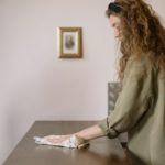 kvinde rengør hjem